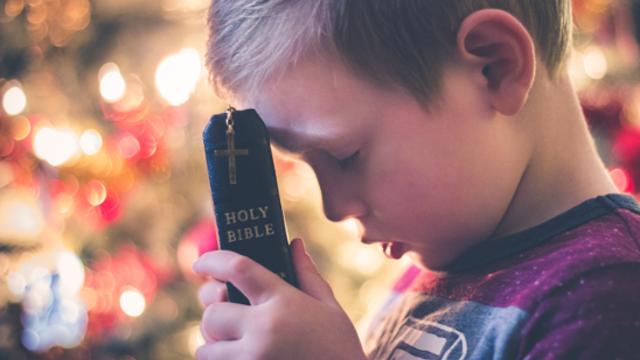 un bambino e la bibbia