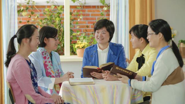 Le sorelle leggono le parole di Dio