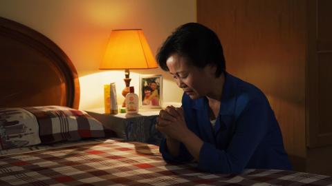 Una cristiana sta pregando Dio