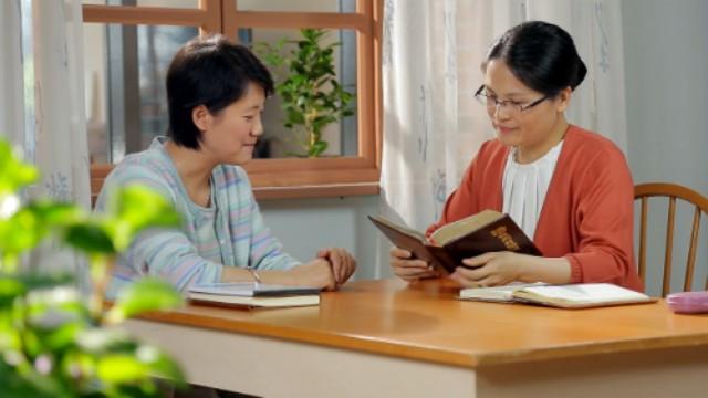 Due cristiane stanno comunicando la parola di Dio