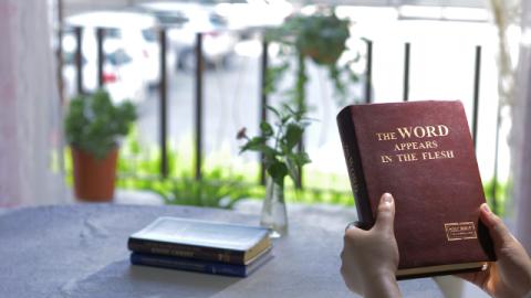 Il cattolico decide di esaminare attentamente l'opera di Dio Onnipotente negli ultimi giorni.