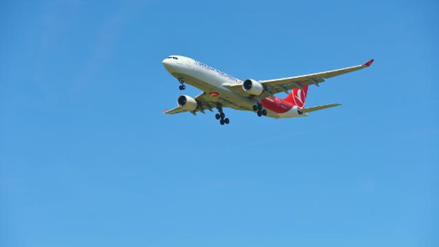 Il cristiano prende l'aereo per andare all'estero