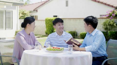 Fratelli e sorelle discutono insieme su che tipo di persone possono entrare nel regno dei cieli