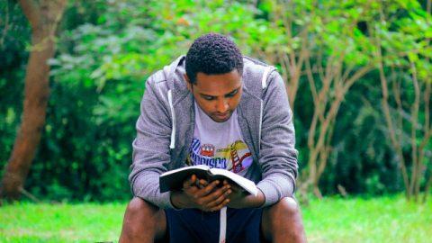 Un cristiano sta leggendo la Bibbia