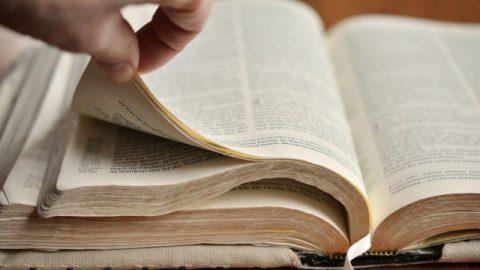 Vangelo del giorno e commento: la Bibbia è compilata dall'uomo, può rappresentare Dio?