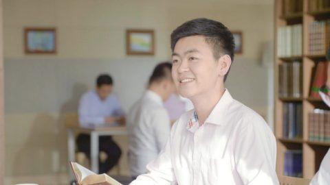 Un fratello sta leggendo la parola di Dio