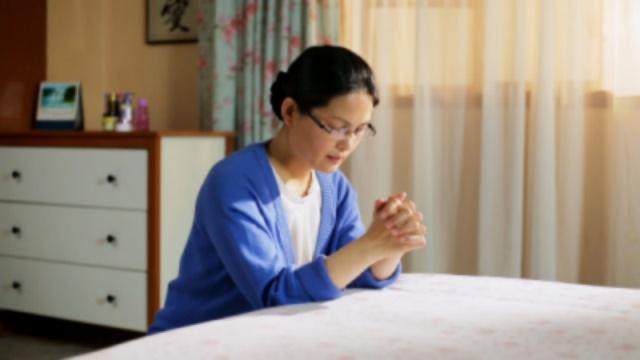 Una cristiana prega per il matrimonio di sua figlia