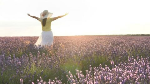 una cristiana abbraccia il sole nel campo a causa del superare un tradimento del marito