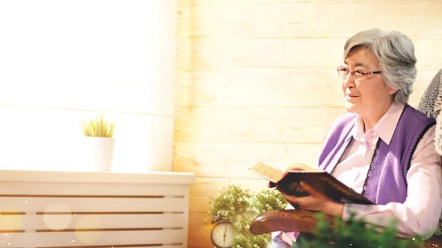 Accogliere Gesù: una cattolica tiene la parola di Dio con gioi