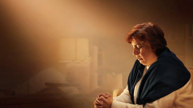 una cristiana prega Dio