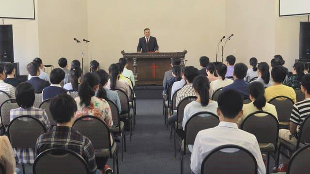 Il prete predica nella chiesa